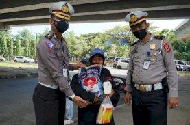 Kasi BPKB Ditlantas Polda Sulsel Borong Dagangan Penjual Asongan di Flyover