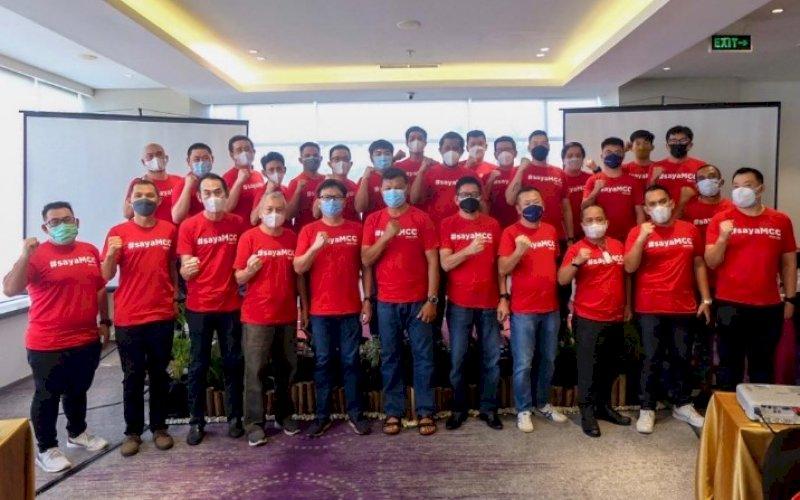PERKENALAN. Ketua Makassar Cycling Club (MCC),Arisanto Wijaya, bersama jajaran pengurusnya periode 2021-2023. foto: istimewa