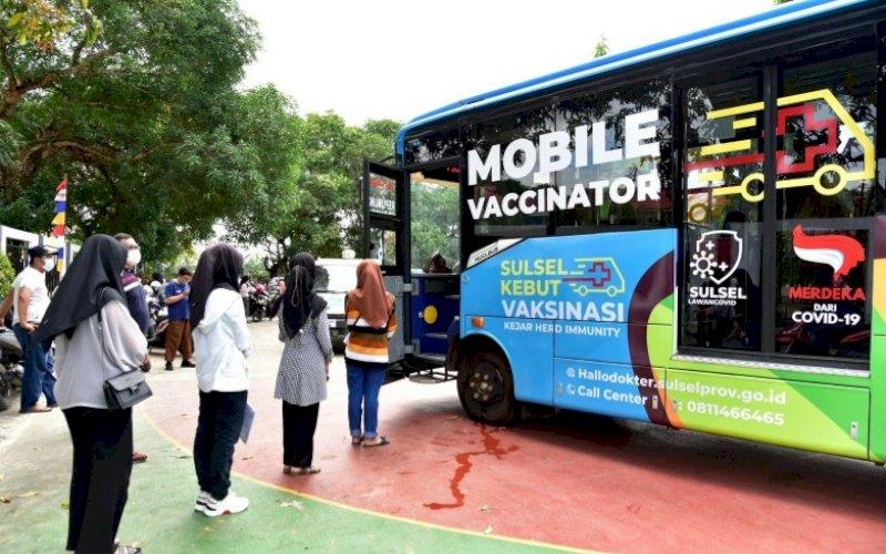 VAKSINASI. Pelajar mengikuti vaksinasi melalui layanan Mobile Vaccinator (vaksinator keliling), Sabtu (21/8/2021). foto: istimewa
