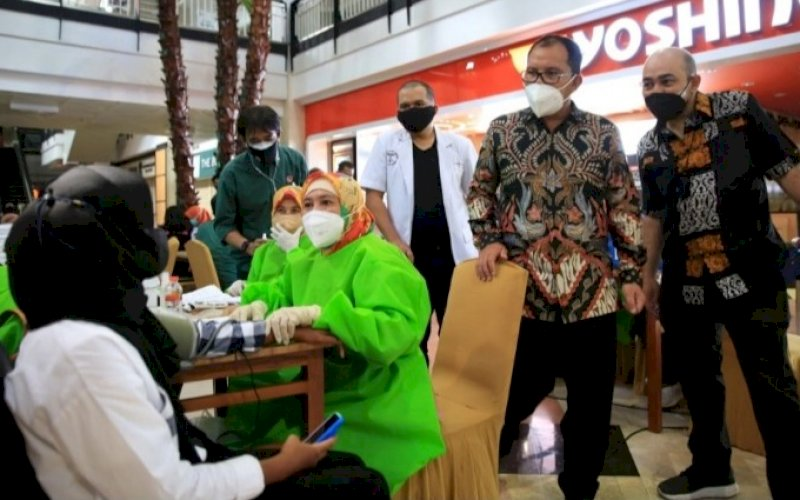 VAKSINASI. Wali Kota Makassar, Moh Ramdhan Pomanto, memantau pelaksanaan vaksinasi di Mal Ratu Indah (MaRI) Makassar, belum lama ini. foto: istimewa