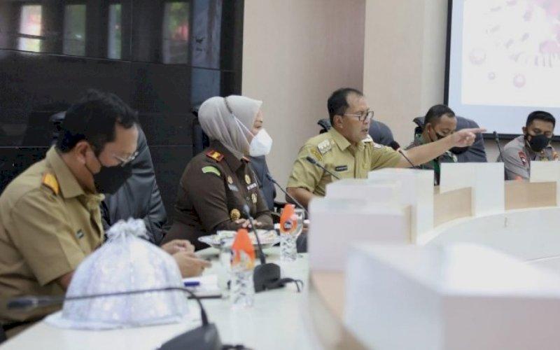 PIMPIN RAKOR. Wali Kota Makassar, Moh Ramdhan Pomanto, meminpin rapat koordinasi dengan pengusaha pusat perbelanjaan/mal terkait PPKM Level 4 di Ruang Sipakatau Kantor Balai Kota Makassar, Senin (23/8/2021). foto: istimewa