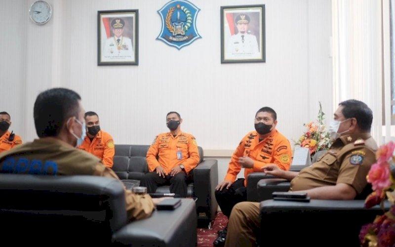 SILATURAHMI. Sekda Provinsi Sulsel Abdul Hayat Gani menerima kunjungan silaturahmi Kepala Kantor Basarnas Sulsel Djunaidi di ruang kerjanya, Selasa (24/8/2021). foto: istimewa