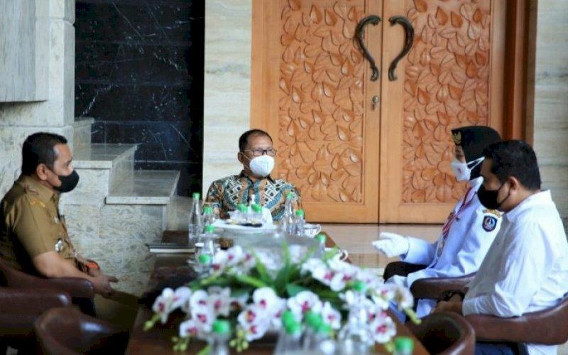KUNJUNGAN. Wali Kota Makassar Moh Ramdhan Pomanto menerima kunjungan Ginaya Desembria, salah satu anggota Paskibraka putri tingkat nasional, asal Makassar yang terpilih mengikuti upacara HUT Kemerdekaan RI ke-76 di Istana Negara, 17 Agustus 2021 lalu di kediamannya, Jl Amirullah, Kota Makassar, Rabu (25/8/2021). foto: istimewa