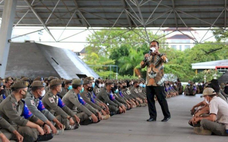 BERI PENGARAHAN. Wali Kota Makassar, Moh Ramdhan Pomanto, memberi pengarahan kepada seluruh personil Satgas Raika yang bertugas di 15 kecamatan di Tribun Lapangan Karebosi Makassar, Rabu (25/8/2021). foto: istimewa