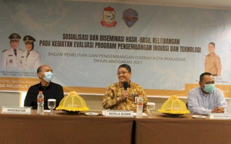 EVALUASI. Kepala Balitbangda Kota Makassar, Andi Bukti Djufrie (tengah), pada kegiatan evaluasi terhadap inovasi-inovasi yang dirancang OPD di Hotel Santika Makassar, Kamis (25/8/2021). foto: istimewa