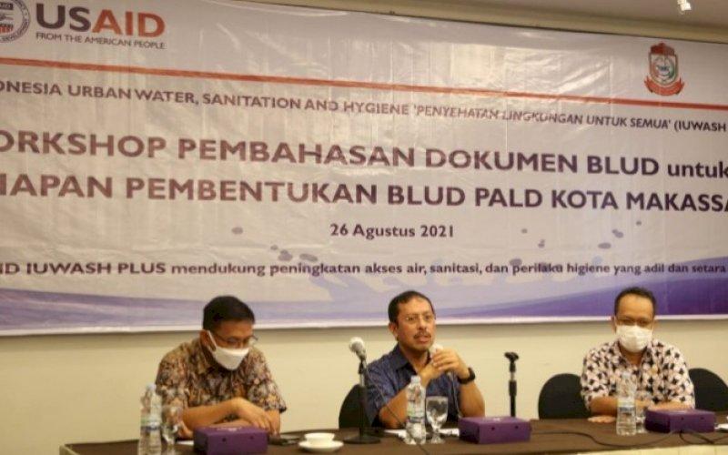 PEMBUKAAN. Sekda Kota Makassar, Muh Ansar (tengah), membuka secara resmi workshop pembahasan dokumentasi BLUD untuk persiapan pembentukan BLUD PALDdi Kota Makassar di Hotel Claro Makassar, Kamis (26/8/2021). foto: istimewa