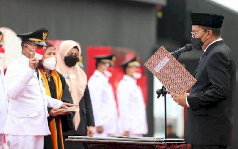 PELANTIKAN. Wali Kota Makassar, Moh Ramdhan Pomanto, secara resmi melantik 15 camat se-Kota Makassar di depan City of Makassar Anjungan Pantai Losari, Jumat (27/8/2021). foto: istimewa