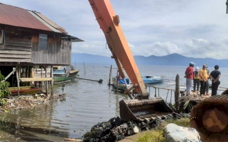 PENGERUKAN. Suasana kampanye pengelolaan sampah dan aksi bersih danau di Dermaga Sorowako, Pinggir di Danau Matano, Malili, Luwu Timur, Kamis (26/8/2021). foto: istimewa
