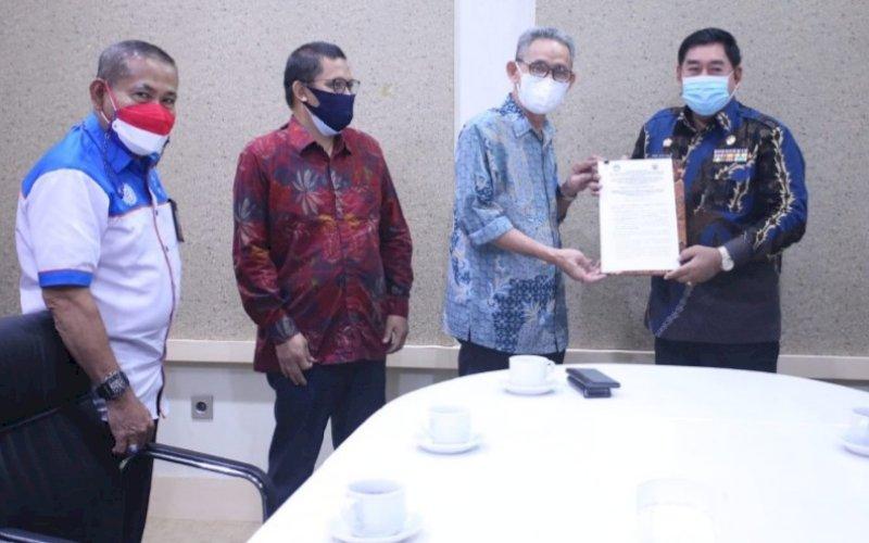 SILATURAHMI. Sekda Provinsi Sulsel Abdul Hayat Gani (kanan) menerima kunjungan silaturahmi Kepala BPPMPV KPTK Prof Dr Irwan bersama rombongan di ruang kerjanya, Jumat (27/8/2021). foto: istimewa