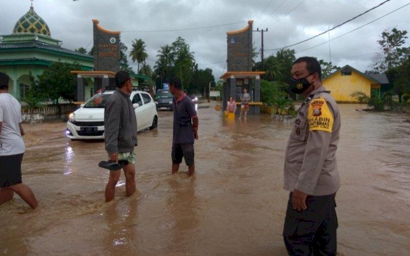 PATROLI. Tim SAR Batalyon C Pelopor Satbrimob Polda Sulsel menggelar patroli pemantauan terhadap lokasi-lokasi yang memiliki tingkat kerawanan tinggi terjadinya banjir, seperti di wilayah Kecamatan Cina, Barebbo, dan Sibulue, Sabtu (28/8/2021). foto: istimewa
