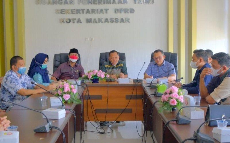 SAMBUTAN. Anggota DPRD Kota Makassar, Abd Azis Namu, menerima kunjungan kerja Banggar DPRD Kabupaten Sidrap di Ruang Penerimaan Tamu Protokol Sekretariat DPRD Makassar, Kamis (26/8/2021). foto: istimewa