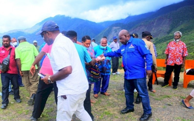 BERI BANTUAN. Ketua DPC Partai Demokrat Kabupaten Tolikara, Usman G Wanimbo, mengunjungi beberapa wilayah guna memberikan dukungan spritual kasih. Salah satunya di Klasis Goyage, Jumat (27/8/2021). foto: istimewa