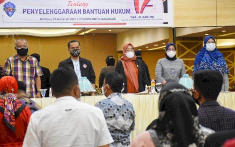 SOSIALISASI PERDA. Anggota DPRD Kota Makassar, Hj Kartini, menggelar sosialisasi Perda Kota Makassar nomor 7 tahun 2015 tentang Penyelenggaraan Bantuan Hukum di Hotel Pesonna Makassar, Minggu (29/8/2021). foto: istimewa