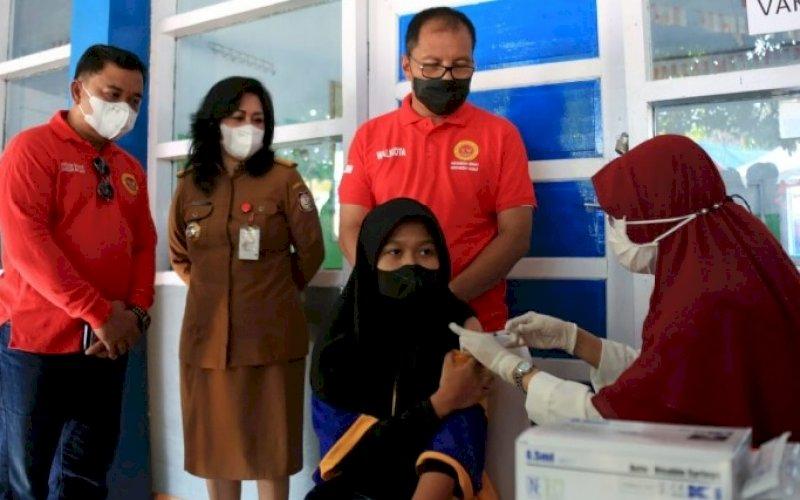 VAKSINASI. Wali Kota Makassar, Moh Ramdhan Pomanto, mengunjungi vaksinasi bagi pelajar di SMPN 24 Makassar, Selasa (31/8/2021). foto: istimewa
