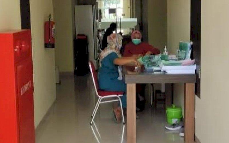 BERJAGA. Tenaga kesehatan berjaga di Fasilitas Isolasi Terintegrasi (FIT) yang disediakan Pemprov Sulsel di Asrama Haji Sudiang, Makassar. foto: istimewa
