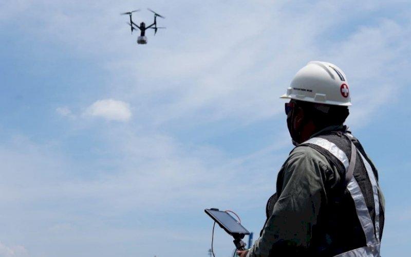 GUNAKAN DRONE. Tim Makassar Recover menggunakan keterampilan udara 'Drone' untuk membantu memberikan layanan antar obat-obatan kepada pasien Covid-19 di Isolasi Apung Terpadu yang menggunakan KM Umsini. foto: istimewa