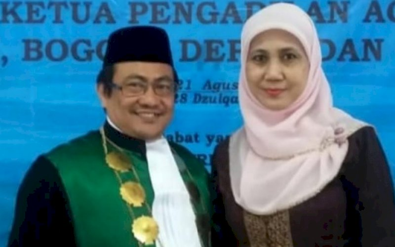 Dr H Andi Akram SH MH bersama istri. foto: istimewa