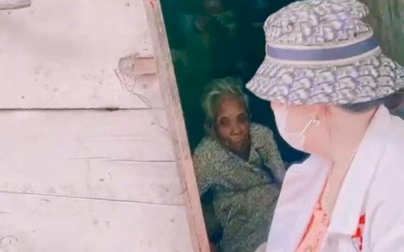 SYF PEDULI. Koordinator Bravo 5 Wilayah Sulawesi Hj Asyfa M Br Ginting Manik (SYF) menyambangi salah satu warga miskin Mama Buan di Jl Pelita III, Kota Makassar, Jumat (4/9/2021). foto: istimewa