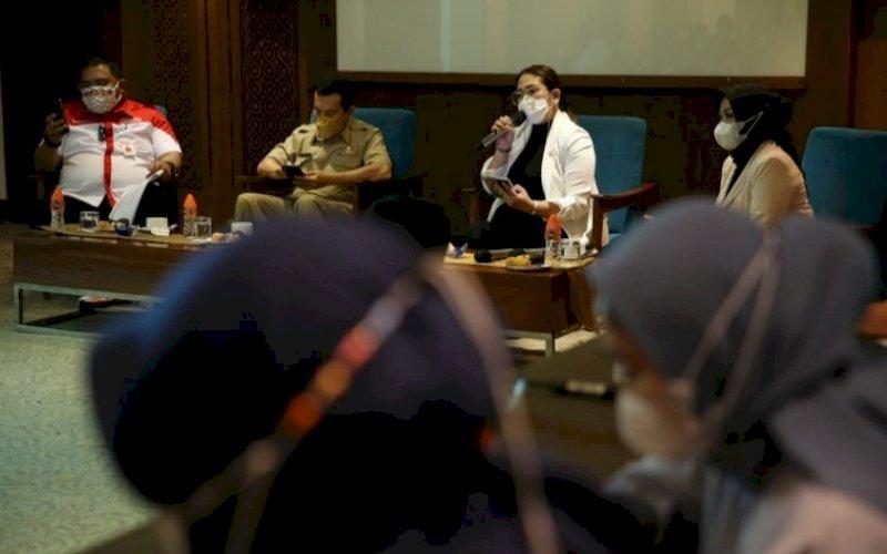 KONSULTASI PUBLIK. Anggota DPRD Provinsi Sulsel dari Fraksi Golkar, Debbie Purnama Rusdin, melakukan Konsultasi Publik Ranperda tentang Pengendalian Sampah Regional yang berlangsung di Four Points By Sheraton Makassar, Senin (6/9/2021). foto: istimewa
