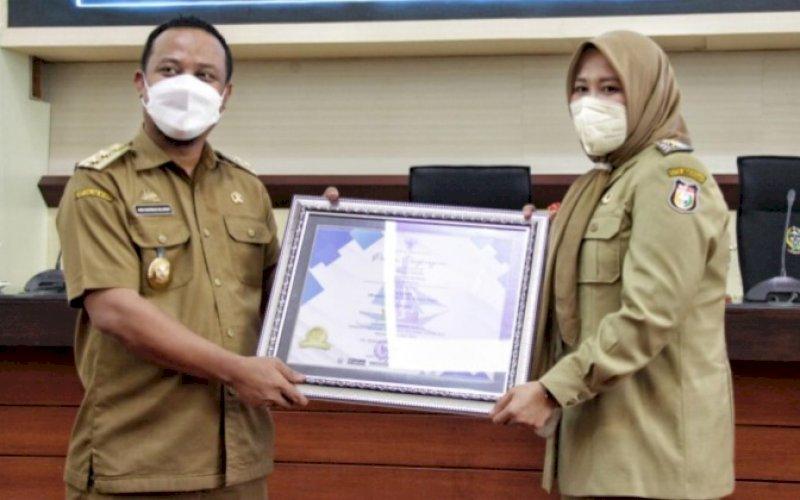 PENGHARGAAN. Plt Gubernur Sulsel Andi Sudirman Sulaiman memberikan penghargaan kepada Wakil Wali Kota Makassar Fatmawati Rusdi di Ruang Rapat Pimpinan Kantor Gubernur Sulsel, Senin (6/9/2021). foto: istimewa