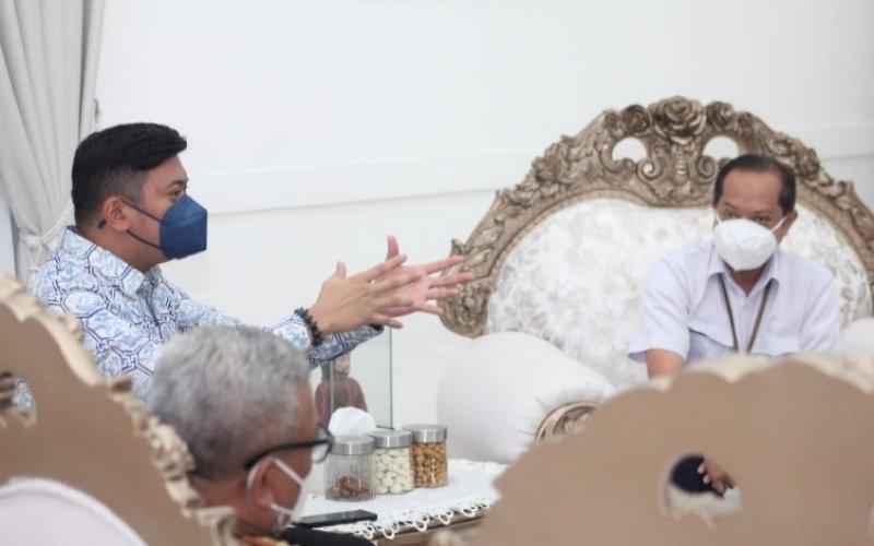PERTEMUAN. Bupati Gowa Adnan Purichta Ichsan (kiri) menerima kunjungan perwakilan Balai Prasarana Permukiman Wilayah Sulsel di rumah jabatannya, Senin (6/9/2021). foto: istimewa