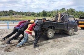Danyon Brimob Bone Bantu Evakuasi Mobil Terjebak Lumpur