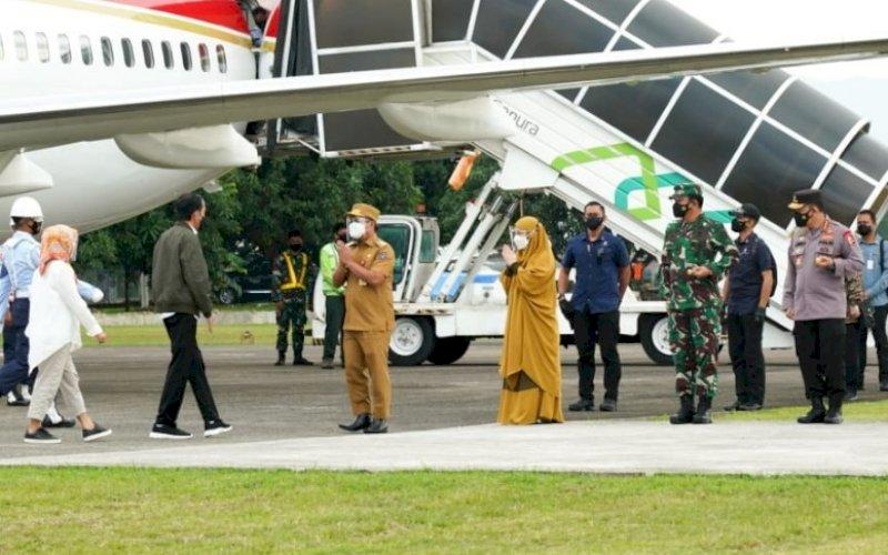 SAMBUTAN. Plt Gubernur Sulsel Andi Sudirman Sulaiman menyambut Presiden Republik Indonesia Joko Widodo di bandara Lanud Hasanuddin sekitar pukul 09.50 WITA, Kamis (9/9/2021). foto: istimewa