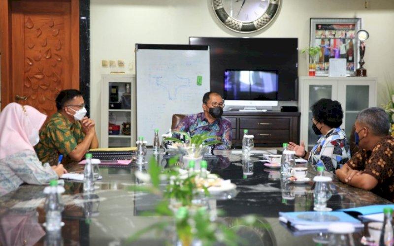 PERTEMUAN. Perwakilan USAID IUWASH Plus menemui Wali Kota Makassar Moh Ramdhan Pomanto di kediaman pribadinya, Jl Amirullah, Kota Makassar, Kamis (9/9/2021). foto: istimewa