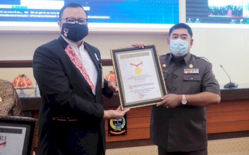 REKOR MURI. Sekda Provinsi Sulsel, Abdul Hayat Gani, menerima sertifikat Rekor MURI pembuatan konten video TikTok di Ruang Rapim Kantor Gubernur Sulsel, Kamis (9/9/2021). foto: istimewa