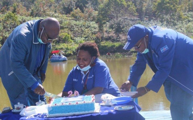 HUT DEMOKRAT. Ketua DPC Partai Demokrat Kabupaten Tolikara, Provinsi Papua, Usman G Wanimbo (kiri), memotong kue ulang tahun pada acara peringatan HUT Partai Demokrat ke-20 di lokasi Wisata Biuk, Tolikara, Kamis (9/9/2021). foto: istimewa