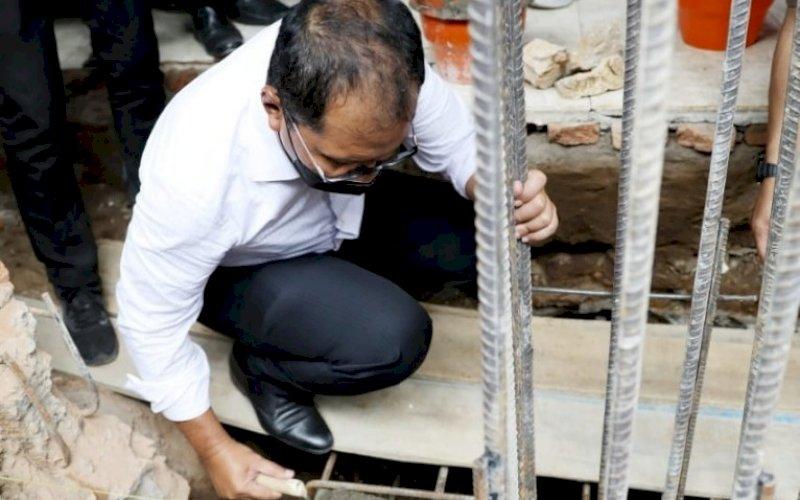 PEMBANGUNAN. Wali Kota Makassar, Moh Ramdhan Pomanto, melakukan peletakan batu pertama pembangunan Masjid Al-Amin SMPN 8 Kota Makassar di Jl Batua Raya, Kota Makassar, Jumat (10/9/2021). foto: istimewa