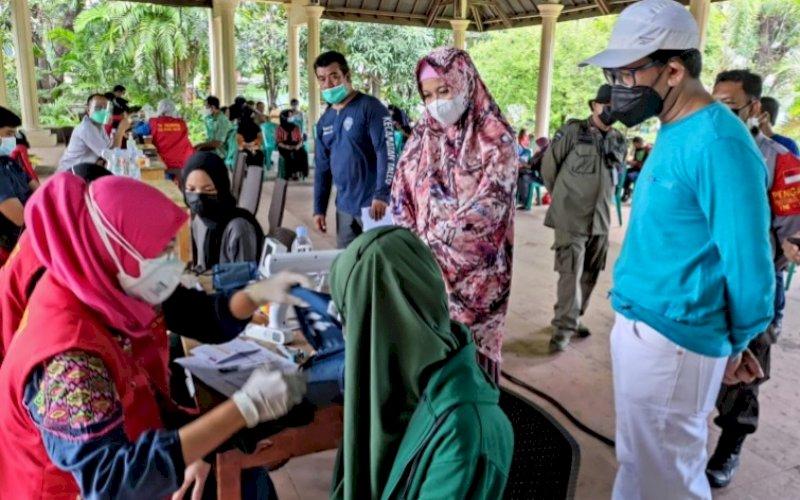 MEMANTAU. Ketua Gelora Makassar, EZ Muttaqien Yunus (kanan), memantau Gebyar Vaksin Gelora Indonesia di Monumen Korban 40.000 jiwa Makassar, Sabtu (11/9/2021). foto: istimewa