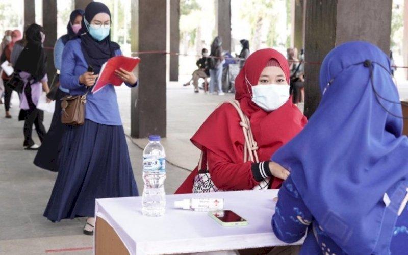 SELEKSI CPNS. Sejumlah peserta seleksi CPNS Kabupaten Gowa melakukan pengambilan kartu tes, Jumat (10/9/2021). foto: istimewa