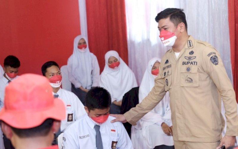 VAKSINASI. Bupati Gowa, Adnan Purichta Ichsan, meninjau pelaksanaan vaksinasi massal untuk pelajar dan masyarakat di SMA 9 Gowa di Kecamatan Pallangga, Senin (13/9/2021). foto: istimewa