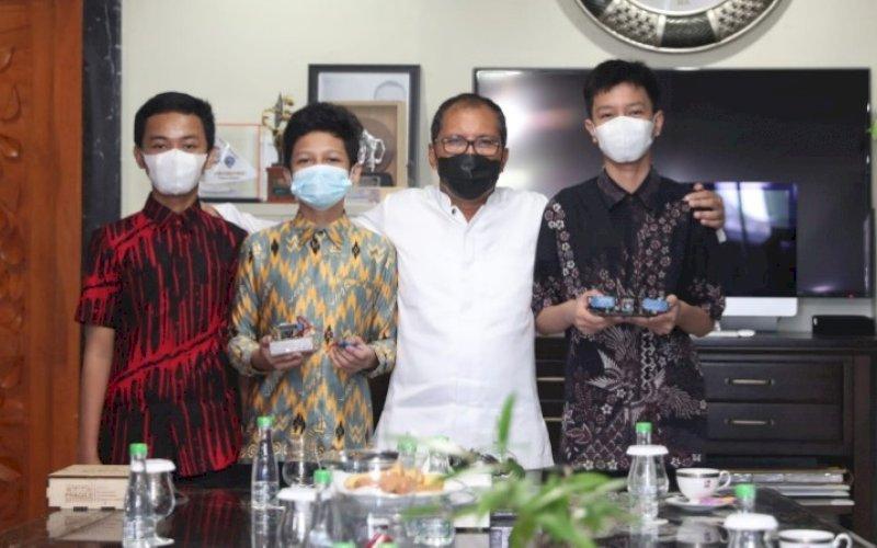 BERI DUKUNGAN. Wali Kota Makassar, Moh Ramdhan Pomanto, bersama tiga siswa MTs Negeri 1 Kota Makassar yang akan mengikuti lomba ASEAN Robotic Day (ARD) di kediaman pribadinya, Jl Amirullah, Kota Makassar, Jumat (17/9/2021). foto: istimewa