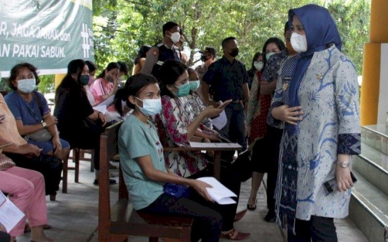 VAKSINASI. Wakil Wali Kota Makassar, Fatmawati Rusdi, memantau pelaksanaan vaksinasi di salah satu lokasi di Kota Makassar. foto: istimewa