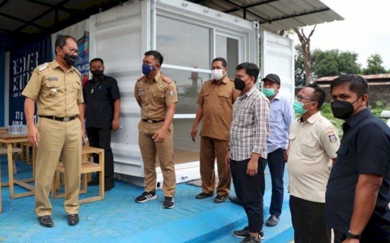 PEMANTAUAN. Wali Kota Makassar, Moh Ramdhan Pomanto, mengunjungi sekaligus memantau kesiapan kontainer Makassar Recover, Senin (20/9/2021). foto: istimewa