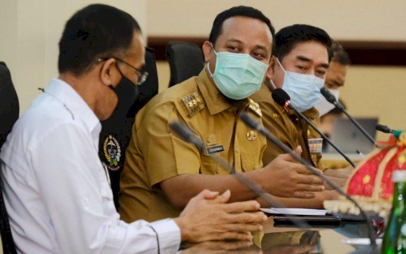 COFFEE MORNING. Plt Gubernur Sulsel, Andi Sudirman Sulaiman (tengah), memimpin pelaksanaan coffee morning yang digelar di Ruang Rapat Pimpinan Kantor Gubernur Sulsel, Senin (20/9/2021). foto: istimewa
