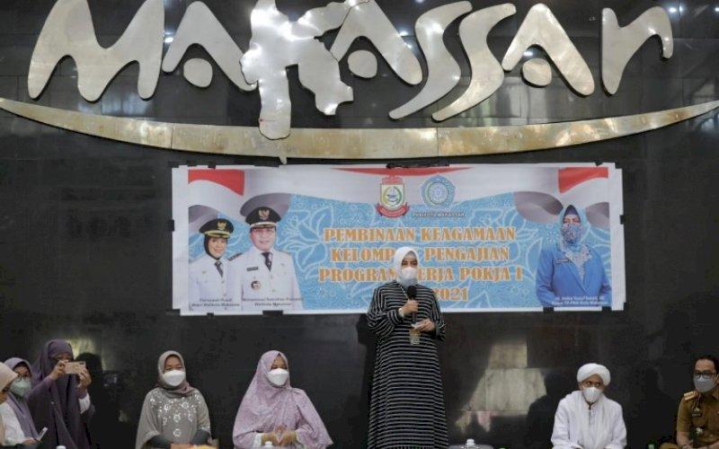 PEMBINAAN KEAGAMAAN. Ketua TP PKK Kota Makassar, Indira Jusuf Ismail, memberikan arahan pada pembinaan keagamaan kelompok pengajian di Baruga Angging Mammiri Makassar, Selasa (21/9/2021). foto: istimewa
