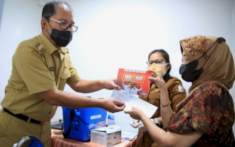 VAKSINASI. Wali Kota Makassar, Moh Ramdhan Pomanto, memantau langsung pelaksanaan vaksinasi sekaligus juga mengedukasi warga pentingnya menjaga kesehatan di Kantor Kelurahan Mapala, Jl Tamalate, Selasa (21/9/2021). foto: istimewa