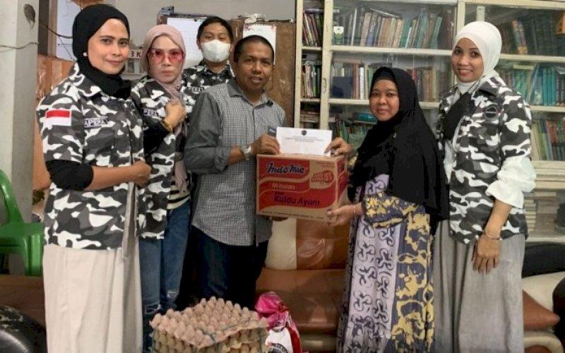 BAPERA PEDULI. Sekretaris Bapera Sulsel, Nasruddin Upel, menyerahkan bantuan sembako kepada perwakilan salah satu panti asuhan di Kota Makassar, Selasa (21/9/2021). foto: istimewa