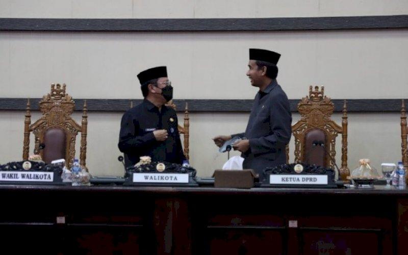RAPAT PARIPURNA. Sekda Kota Makassar Muh Ansar (kiri) bersama Ketua DPRD Kota Makassar Rudianto Lallo pada rapat paripurna DPRD Kota Makassar membahas Ranperda tentang Perlindungan Guru yang digelar di Ruang Rapat paripurna Kantor DPRD Kota Makassar, Selasa (21/9/2021). foto: istimewa