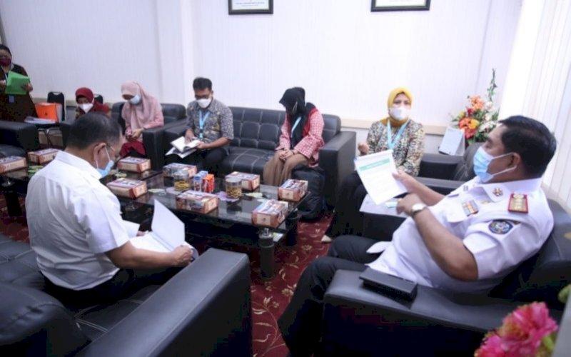 PERTEMUAN. Sekda Provinsi Sulsel, Abdul Hayat Gani, menerima kunjungan USAID, di ruang kerjanya, Rabu (22/9/2021). foto: istimewa