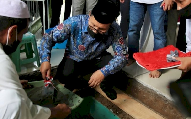 PELETAKAN BATU. Wali kota Makassar, Moh Ramdhan Pomanto, melakukan peletakan batu pertama pembangunan dan rehabilitasi shelter Masjid Al Muttaqin di Jl Ujung Bori Raya Blok 8, Perumnas Antang, Kota Makassar, Jumat (24/9/2021). foto: istimewa