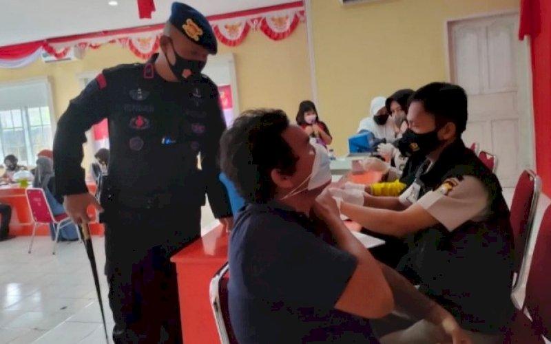 VAKSINASI. Danyon C Pelopor, Kompol Nur Ichsan, memantau vaksinasi dosis kedua di Mako, Jumat (24/9/2021). foto: istimewa