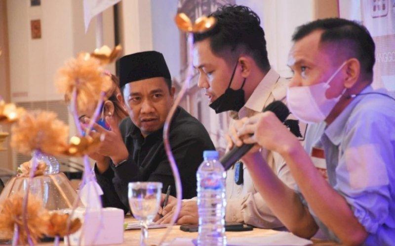 SOSIALISASI PERDA. Anggota DPRD Kota Makassar, Kasrudi (kiri) menggelar sosialisasi Perda nomor 15 tahun 2009 tentang Perlindungan, Pemberdayaan Pasar Tradisional dan Penataan Pasar Modern di Hotel Grand Town Makassar, Jumat (24/9/2021). foto: istimewa