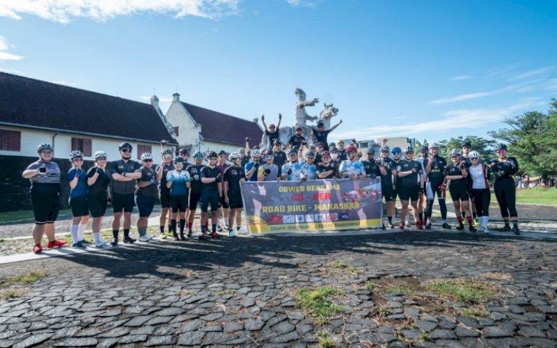 GOWES BERSAMA. Komunitas sepeda road bike Makassar melakukan Gowes Bersama (Gobar) dengan star dari Hotel Maleo menuju Bandara Internasional Sultan Hasajuddin dan finish di Fort Rotterdam Makassar, Sabtu (25/9/2021). foto: istimewa