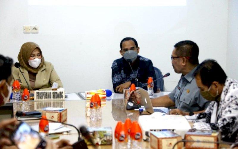 BAHAS PTM. Wakil Wali Kota Makassar Fatmawati Rusdi duduk bersama Ketua Dewan Pendidikan Kota Makassar Rudianto Lallo dan seluruh pihak terkait untuk membicarakan sistem dan simulasi PTM yang akan dilaksanakan Oktober mendatang di Kantor Dewan Pendidikan Kota Makassar, Selasa (28/9/2021). foto: istimewa