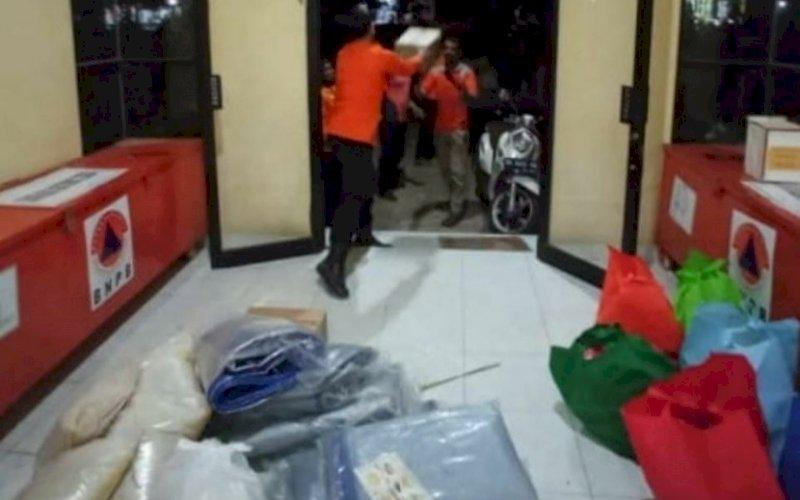 PENYALURAN BANTUAN. Pemprov Sulsel bertindak cepat dalam upaya bantuan logistik untuk korban kebakaran di Kabupaten Takalar, Selasa (28/9/2021) malam. foto: istimewa