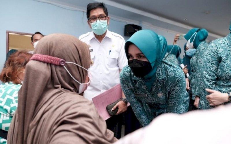VAKSINASI. Ketua TP PKK Kabupaten Gowa, Priska Paramita Adnan, saat meninjau Kebut Vaksin Covid-19 di Kantor Camat Pallangga, Rabu (29/9/2021). foto: istimewa